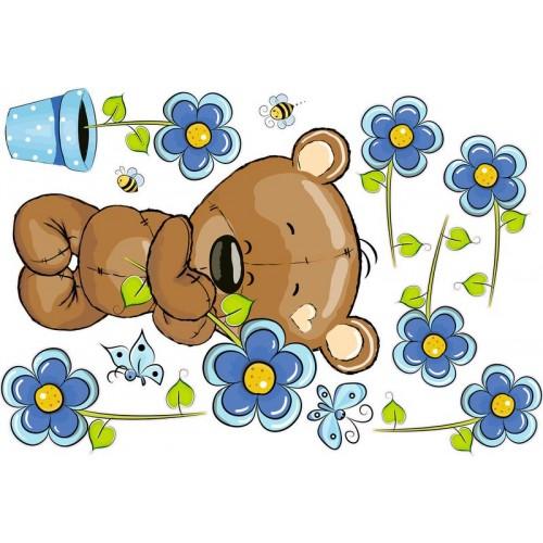 Maci kék virágokkal, kisfiú